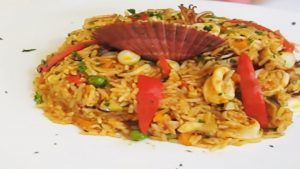fotografía de arroz con mariscos