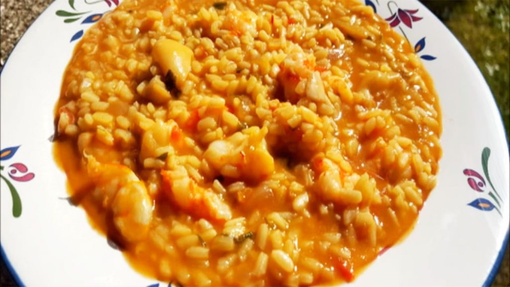 foto de arroz con mariscos caldoso