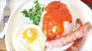 imagen de arroz con huevo y salchichas