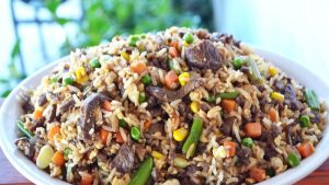 imagen de arroz con verduras y carne
